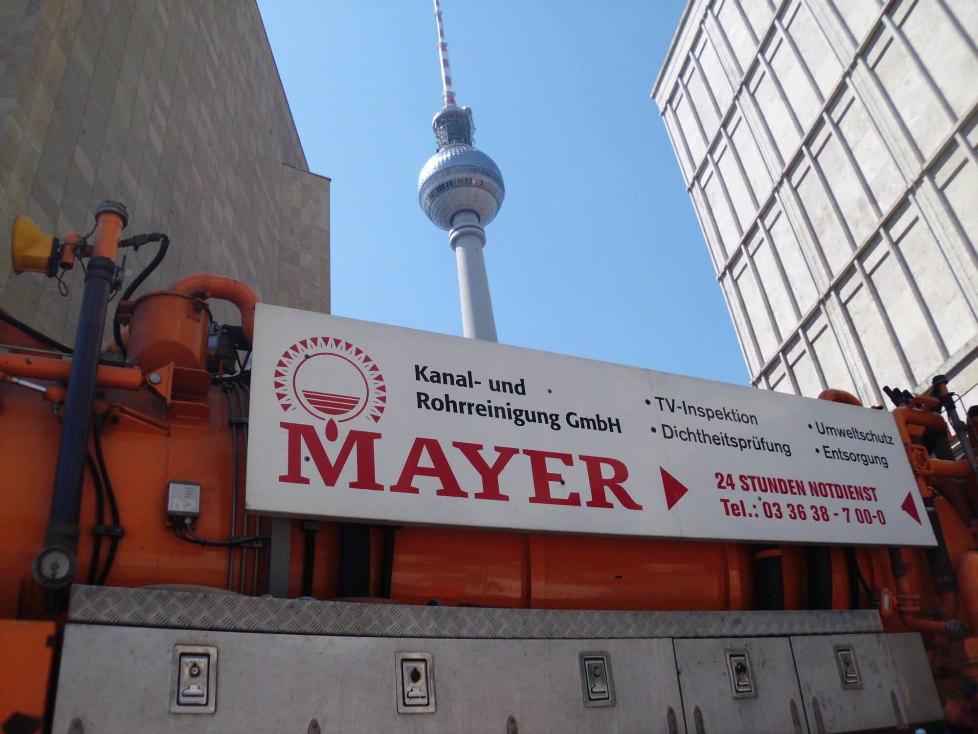 Ein Mayer Kanalmanegement Einsatzwagen vor dem Berliner Alexanderplatz
