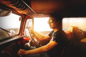 junger Mann im Führerhaus eines LKW