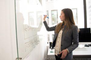 Frau am whiteboard