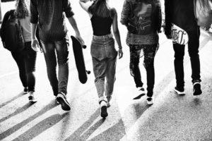 Jugendliche Clique auf Straße